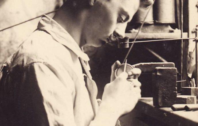 Emil Wolter in der Gravurenwerkstatt